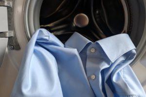 Helles Hemd in Waschmaschine