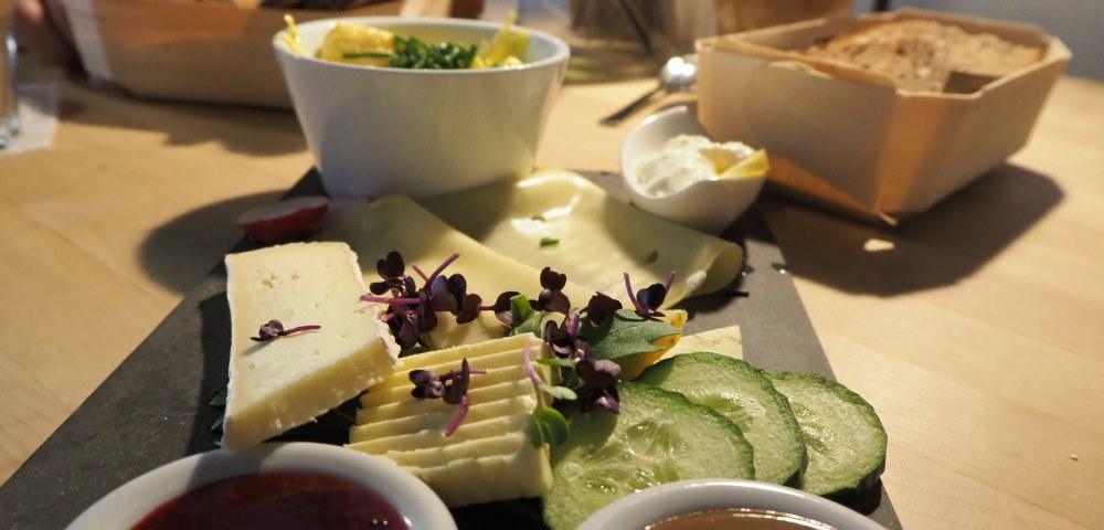 Ausgewogene Ernährung - Tisch mit guten Speisen
