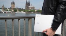 Chromebook in der Hand