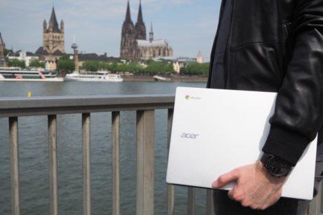 Chromebook in der Hand