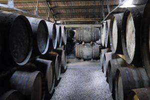 Lagerhaus Warehouse mit Whiskyfässern