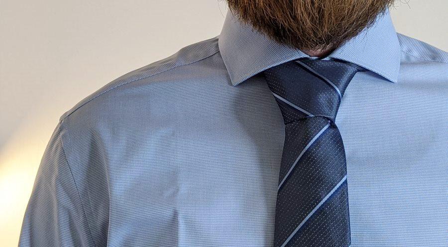 Haifischkragen mit Krawatte und Windsorknoten