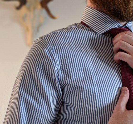 Hemdkragen mit Krawatte